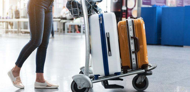 Passageiro caminha com bagagens pelo aeroporto