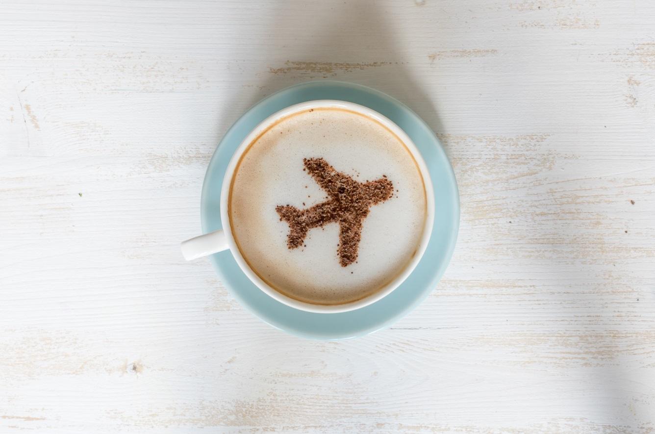 Xícara de café com o símbolo de um avião no centro